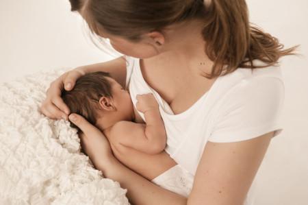 Mutter während Nachsorge durch Hebamme Stephi WHV