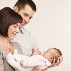 Eltern während Nachsorge durch Hebamme Stephi WHV